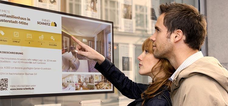 digital signage für immobilienmakler, schaufenster bildschirm mit exposé
