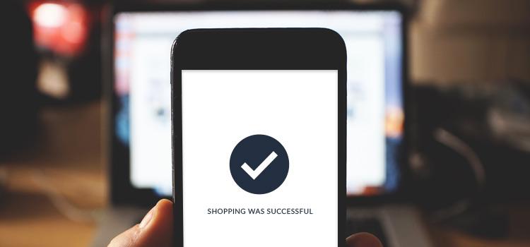 smartphone display zeigt ecommerce kaufabschluss an